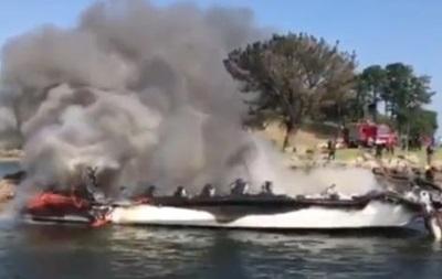 В Іспанії загорівся човен з туристами