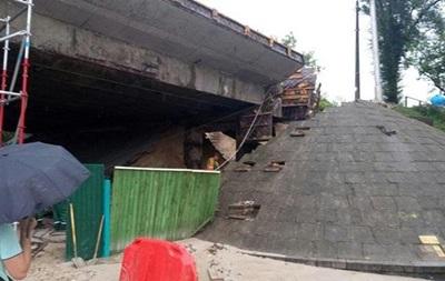 У Києві через зливу обвалився міст