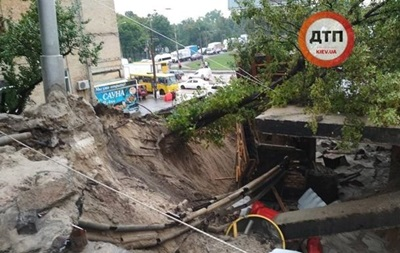 Обвалення шляхопроводу в Києві: перекрито частину вулиці