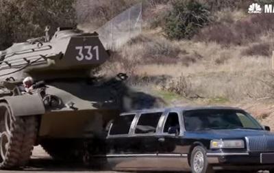 Шварценеггер на личном танке раздавил лимузин