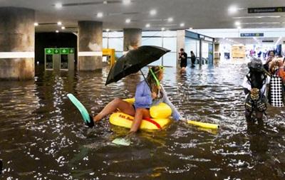 У затопленому дощами підземному переході шведи влаштували басейн