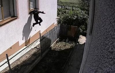 У Чернівцях потрапило на відео пограбування будинку серед білого дня