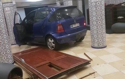 У Франції чоловік протаранив двері мечеті