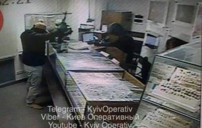 З явилося фото і відео пограбування ломбарду в Києві