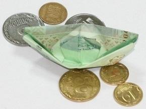 Во Львове 50 человек разбрасывали деньги у здания суда, призывая судью Зварича собирать их