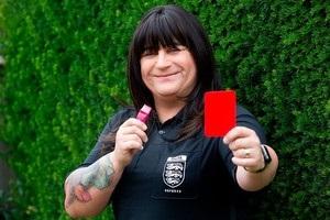 Первая рефери-трансгендер дебютировала в Англии