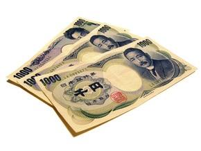 Профицит торгового баланса Японии снизился вдвое