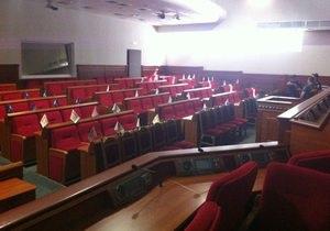 новости Киева - Киевсовет - Четыре активиста заняли зал заседаний Киевсовета, чтобы блокировать собрание 19 августа