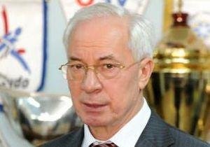 Азаров прокомментировал поступок студентки, ударившей букетом Табачника