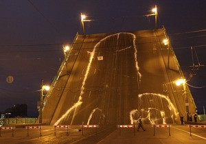 Стало известно, кто нарисовал 65-метровый фаллос на разводном мосту напротив здания ФСБ в Петербурге