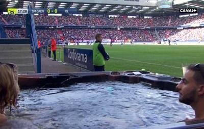 Французький клуб розмістив джакузі для фанатів біля поля