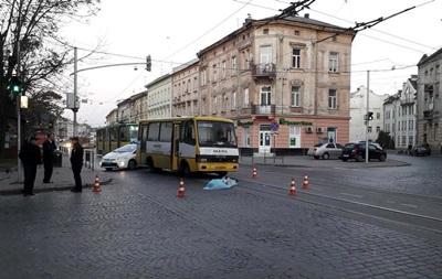У центрі Львова маршрутка збила на смерть жінку