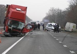 На Житомирской трассе столкнулись грузовик и минивэн: погибли трое человек