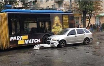 У Києві авто влетіло в тролейбус