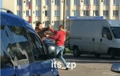 У центрі Запоріжжя сталася бійка між водієм і пішоходом