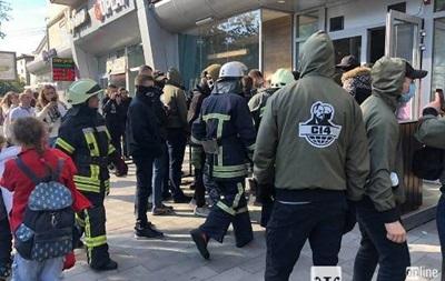 В Житомире радикалы атаковали кафе за карту без Крыма