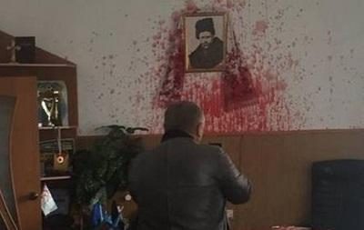 Під Вінницею мера міста облили кров ю