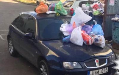 В Харькове  героя парковки  завалили мусором
