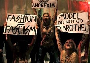 Активистки FEMEN атаковали церемонию открытия показа Versace на Milan Fashion Week