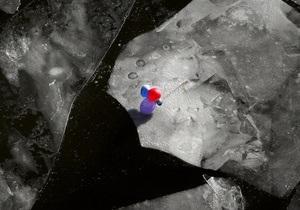 На Кременчугском водохранилище рыбаков унесло на отколовшейся льдине