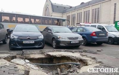 Біля центрального залізничного вокзалу Києва утворилася яма