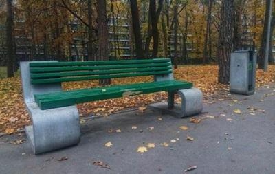 У Києві комунальники пофарбували дизайнерські лавочки