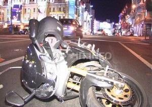 В центре Киева мотоциклист сбил пешехода на костылях