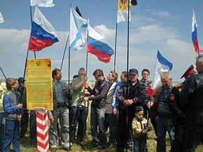 На въезде в Крым установили пограничный столб с флагом России