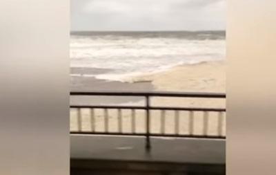 Шторм в Одесі: хвилі змили пляж