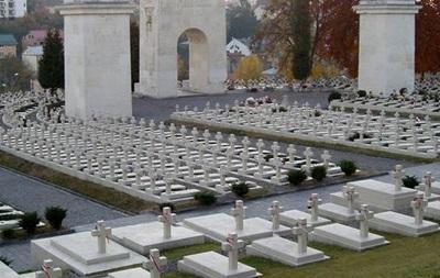 У Львові на кладовищі затримали трьох студентів з Польщі