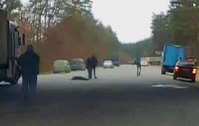 В Харькове мужчина пытался повеситься на мосту и упал на проезжую часть