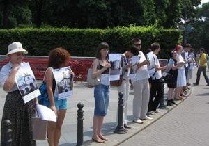 Сотни киевлян образовали цепь вдоль улицы Мазепы, протестуя против ее переименования