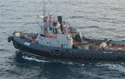 РФ: Задержанные украинские корабли буксируют в Керчь