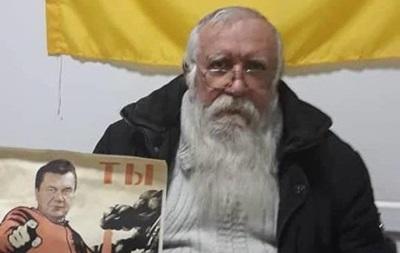 У Маріуполі пенсіонер розклеював плакати з Януковичем-червоногвардійцем