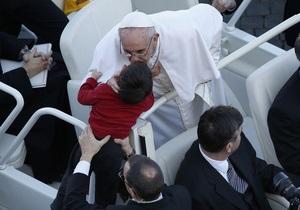 Франциск, проезжая площадь на белом Mercedes е, благословил инвалида и поцеловал детей
