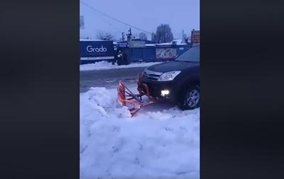 На Полтавщине убирают снег на внедорожнике