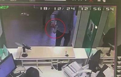 Відвідувач з пістолетом привітав співробітників банку