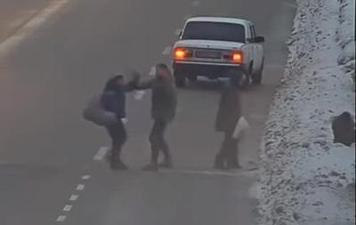 В Каменском водитель избил пешеходов-нарушителей