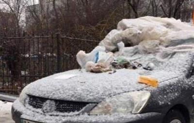 В Киеве  героя парковки  засыпали мусором