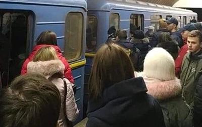 У метро Києва чоловік упав на рейки