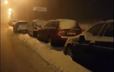 Закарпатці масово кидають авто в пунктах пропуску
