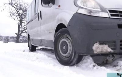 Снігопад на Закарпатті: села залишилися без автобусів і світла