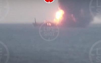 Біля Керченської протоки горять кораблі