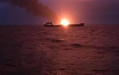 Врятованих з палаючих суден моряків привезли до Керчі