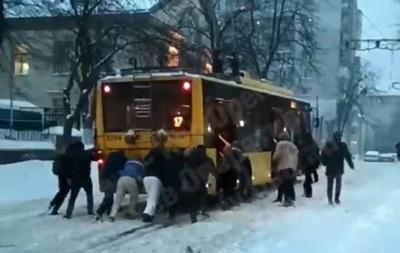 У Києві пасажири штовхають тролейбус