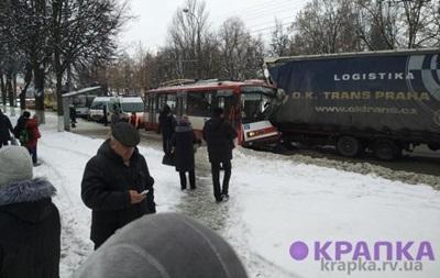 В Ровно отцепившийся прицеп протаранил троллейбус