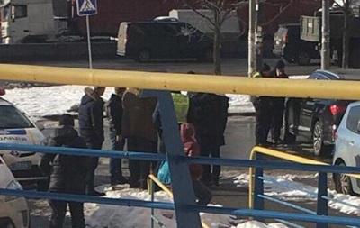 В Киеве водитель элитного авто прятался от вооруженных грабителей в банке