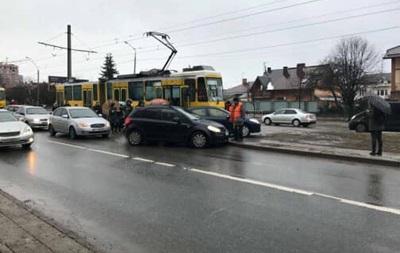 Во Львове трамвай протаранил автомобиль