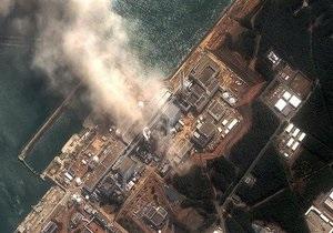 Над одним из энергоблоков АЭС Фукусима-1 поднимается черный дым