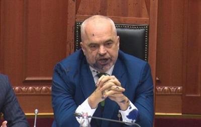 В лицо премьеру Албании брызнули чернилами в парламенте